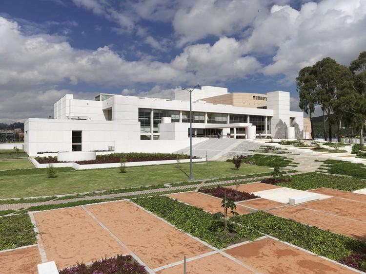Clásicos de Arquitectura: Centro Cultural Julio Mario Santo Domingo / Bermúdez Arquitectos, Exterior – fachada norte. Image © Enrique Guzmán