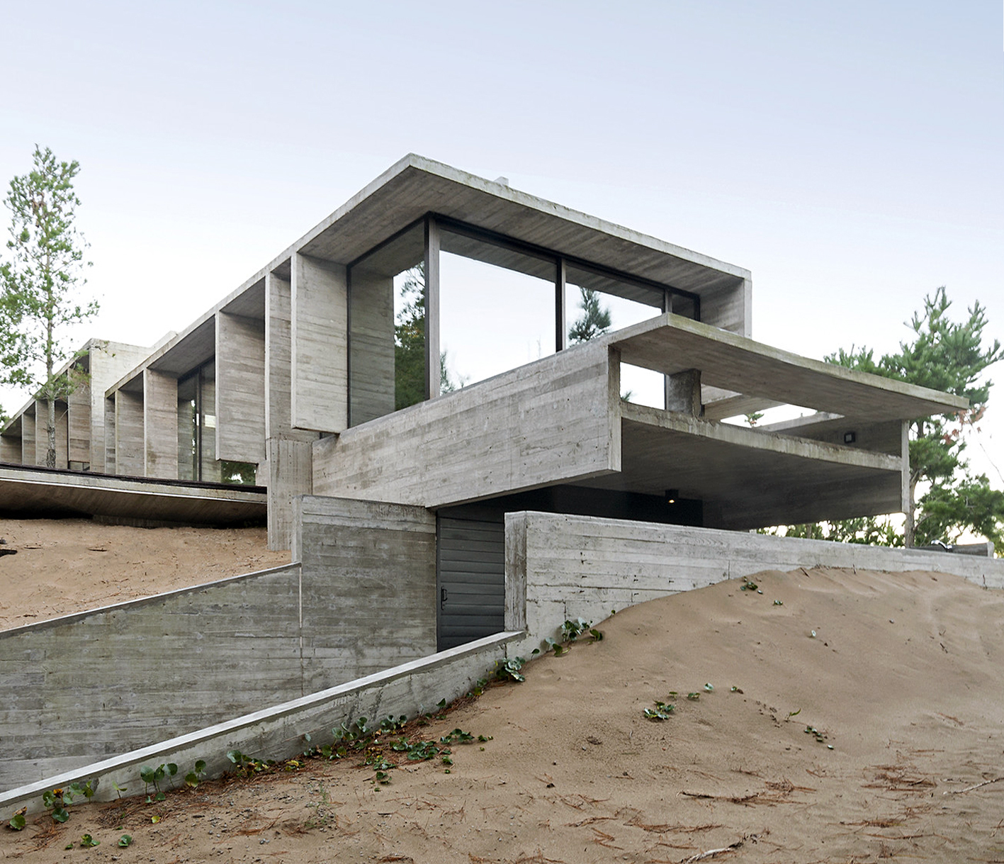 Exposed Concrete Houses in Argentina: 50 Projects and Their Floor Plans