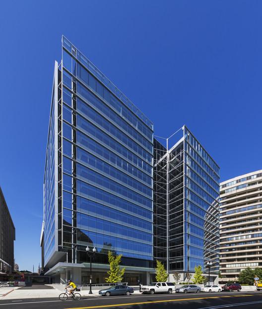 Edificio de oficinas 1400 Crystal Drive / FOX Architects, © Jeff Goldberg/ESTO
