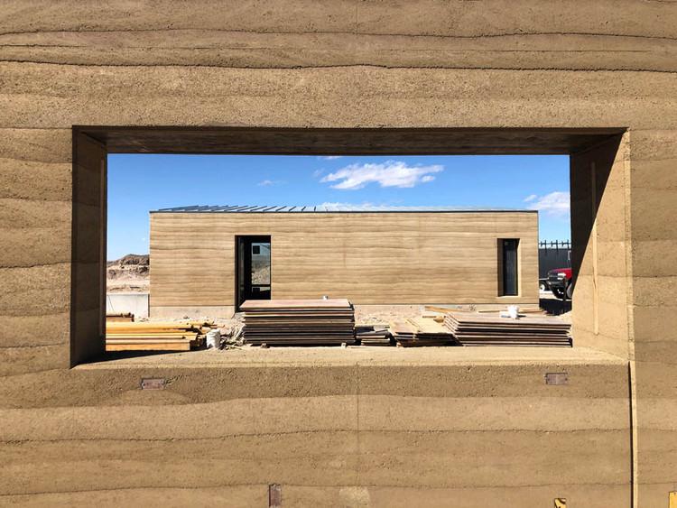 El cálculo del carbono ha llegado a la arquitectura, El hormigón es el material con mayor intensidad de carbono que se encuentra en el entorno construido, y la tierra apisonada es una alternativa viable, al menos para proyectos de cierta escala. El estudio de arquitectura con sede en San Antonio Lake | Flato ha optado por la tierra embestida en dos de sus proyectos residenciales, como este en el oeste de Texas. Cortesía de Kyle Melgaard / Pilgrim Building Company