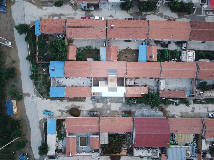 courtyard between old and new house. Image © Yumeng Zhu