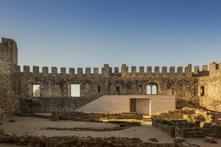 Reuso adaptativo: 4 exemplos de como intervir no patrimônio arquitetônico, Centro de Visitantes do Castelo de Pombal / COMOCO. Imagem © Fernando Guerra | FG+SG