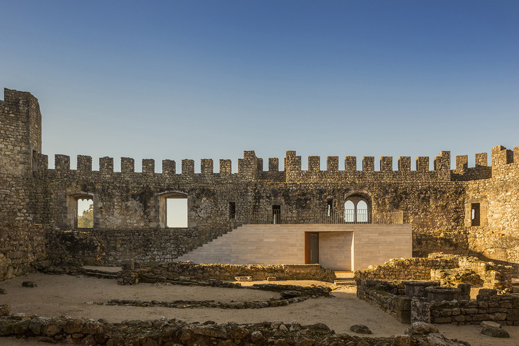 焕新建筑遗产的四个适应性利用案例, Centro de Visitantes do Castelo de Pombal / COMOCO. Imagem © Fernando Guerra | FG+SG