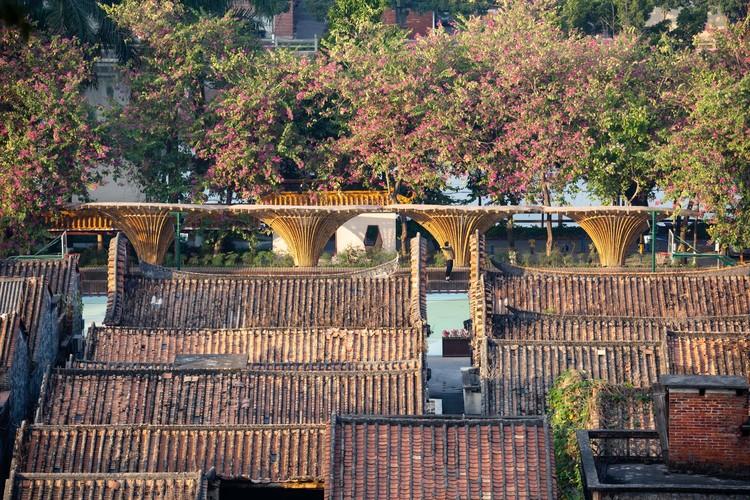 Changqi Stadium Bamboo Corridor / Atelier cnS, bamboo structure and village. Image © Jiancong Chen