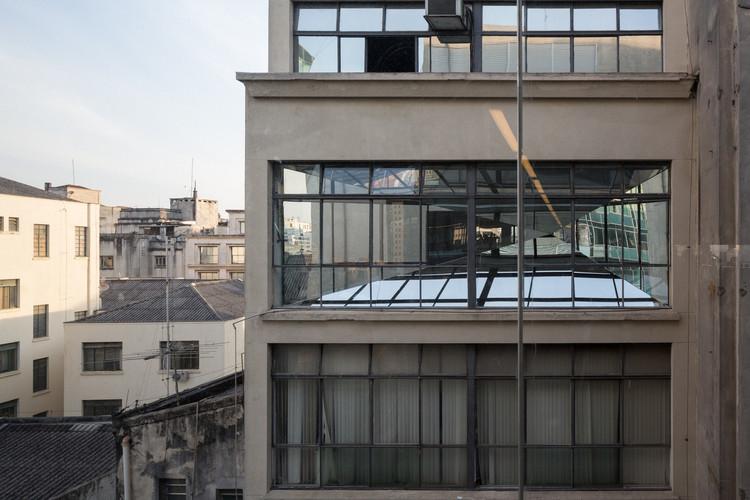 Instalação de espelhos de Vão e Adamo Faiden cria diálogos visuais entre o Sesc 24 de Maio e seu entorno, Imagem © André Scarpa
