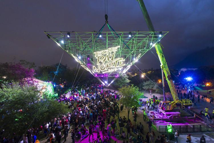 Roma 212 presenta instalaciones efímeras que mezclan arquitectura y espectáculo, Pirámide Tecate Pa'l Norte 2019. Image © Adrian Llaguno - Documentacion Arquitectónica