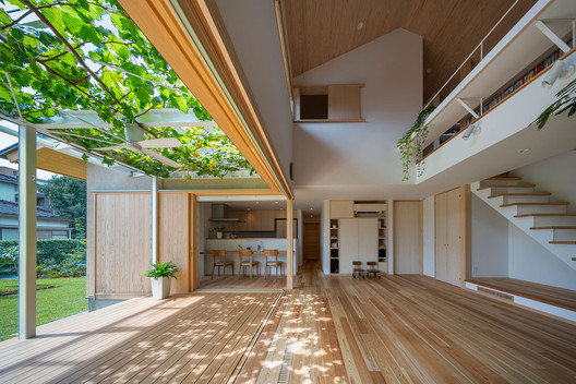 House with Grapevine Trellises / Takashi Okuno & Associates