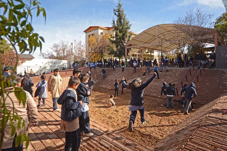 """Patio Vivo: """"resignificar los patios escolares y convertirlos en paisajes de aprendizaje"""", Colegio San Esteban Mártir, Lo Barnechea, Santiago. Image © Álvaro Benítez, cortesía de Patio Vivo"""