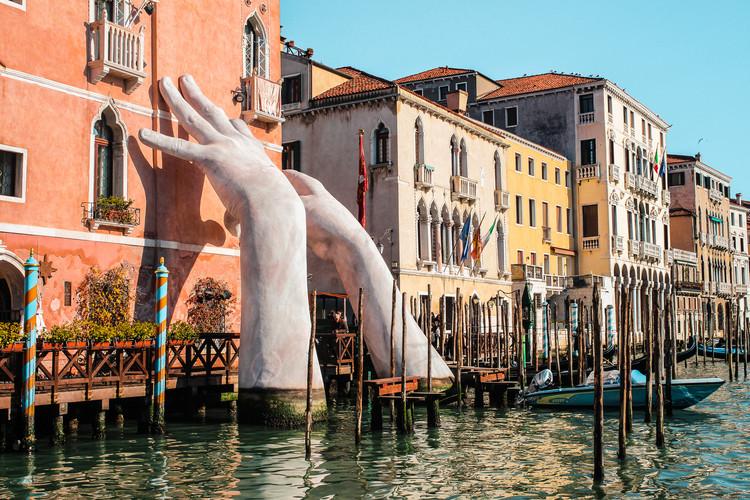 """Cecilia Alemani, curadora de la 59ª Bienal de Arte de Venecia , Venecia, Italia / 17 de febrero de 2018: escultura """"Support"""" para la Bienal 2017. Autor - Lorenzo Quinn. . Imagen © Shutterstock / Evgeniya Telennaya"""