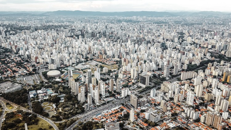 Desigualdades socioespaciais e o acesso a oportunidades nas cidades brasileiras , Vista aérea de São Paulo. Foto de Sergio Souza via Unsplash