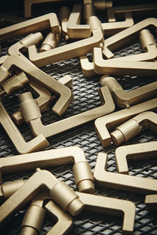 Acero inoxidable, bronce, latón o aluminio: Cómo elegir materiales para manillas, Bronce. Image © Christian Grund