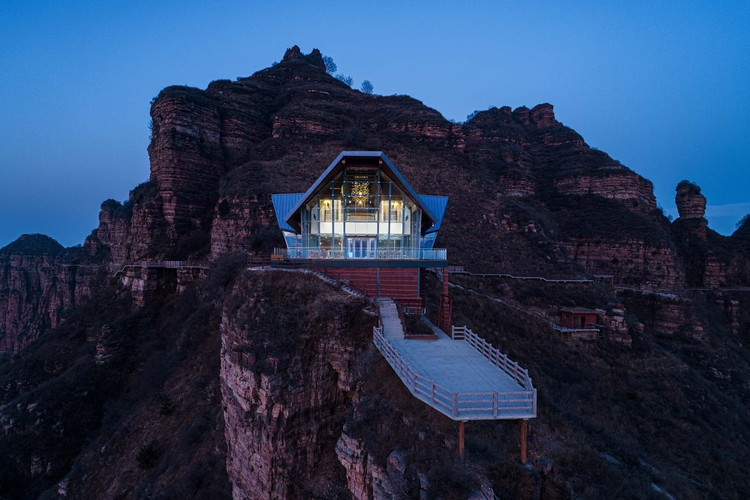 Restaurant on the Cliff / Skyland Architecture, main facade night view. Image © Kaixiong Xiao