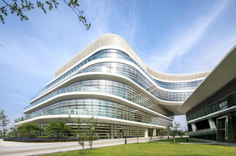 Huawei Nanjing Research & Development Center / AECOM, patio. Image © Xuetao Zhang