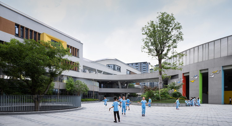 Hangzhou Shengli Elementary School New City Campus and Kindergartens Affiliated / UAD, Big tree and children live in harmony. Image © Yong Zhang