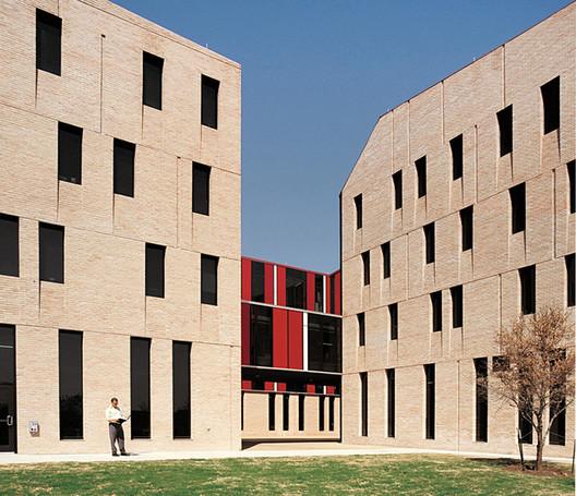 Alejandro Aravena / St Edward's University Residence and Dining Hall. Image © Cristobal Palma