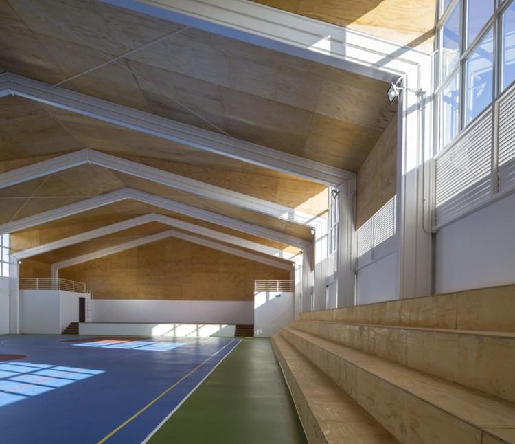 Lonquén School Gymnasium / COMUN Arquitectos. Imagem © Aryeh Kornfeld