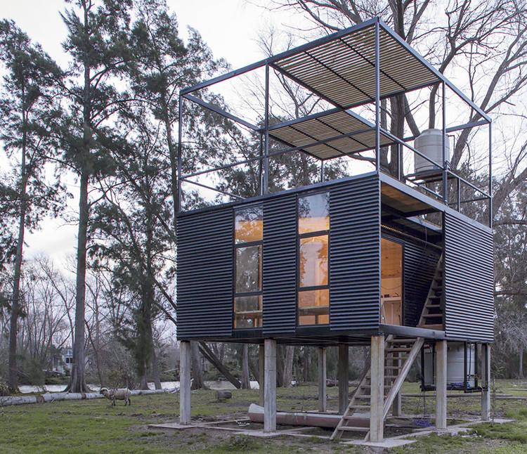 Casas de metal en Argentina: 10 proyectos con revestimiento exterior de chapa , Cabaña Delta / AToT-Arquitectos todo Terreno. Image © Manuel Ciarlotti