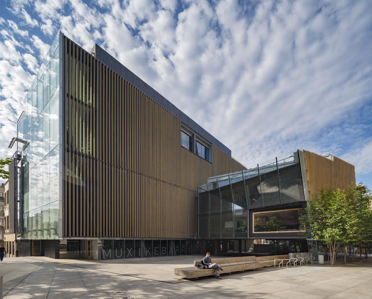 Centro de Artes Escénicas y Escuela de Música Muxikebarri / LMU Arkitektura