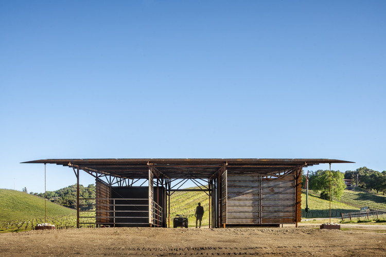 Saxum Vineyard Equipment Barn / Clayton Korte, © Casey Dunn