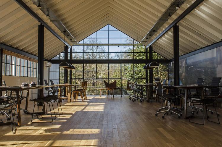 Oficinas en Argentina: Ejemplos en planta de espacios de trabajo individuales, compartidos y de coworking, © Francisca Steverlynck