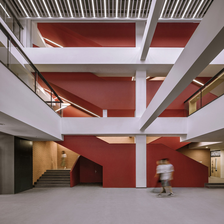 清华大学第四教学楼室内空间改造 / 清华大学美术学院, 从中庭看开放楼梯间 © 金伟琦