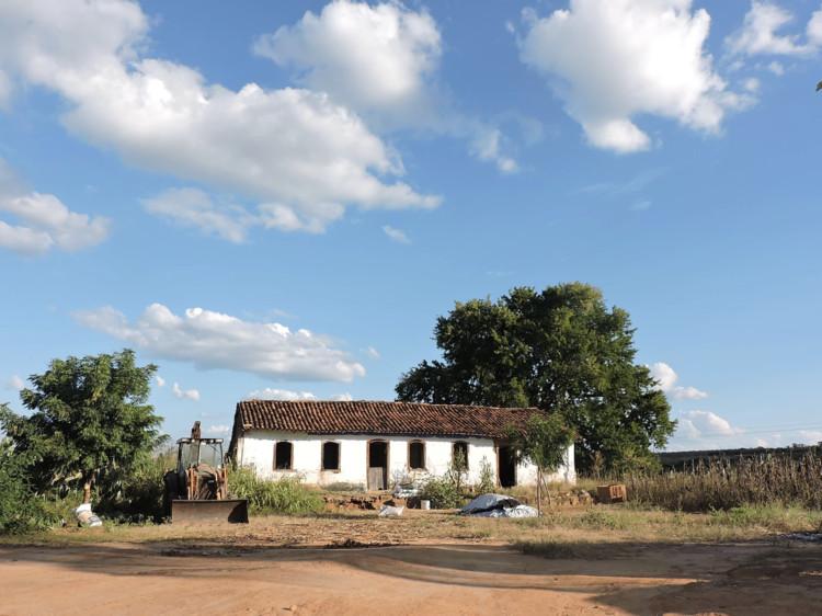 Jovens da Bahia preservam patrimônio histórico negro ouvindo comunidade, Casa Rancho do Nego, Rio do Antônio - BA. Image © Resgate Histórico Os Filhos do Deserto