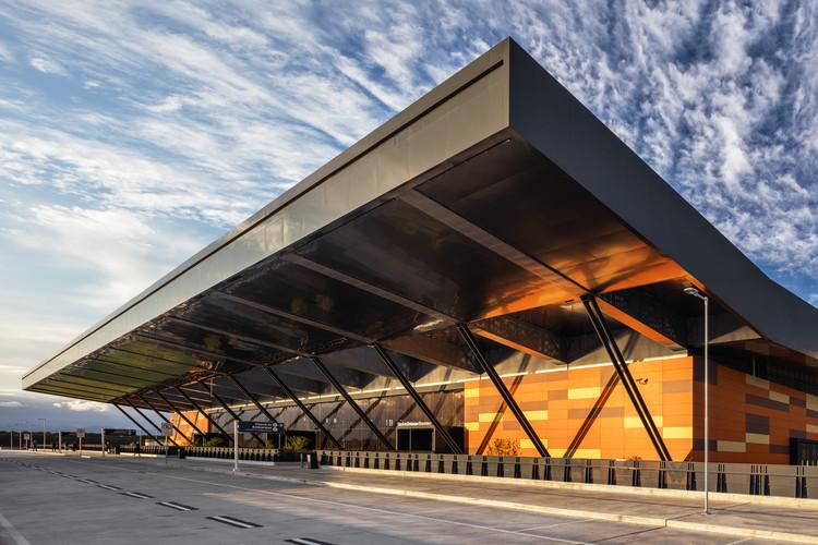 Aeroporto de Florianópolis – Terminal Internacional de Passageiros / Biselli Katchborian Arquitetos, © Nelson Kon