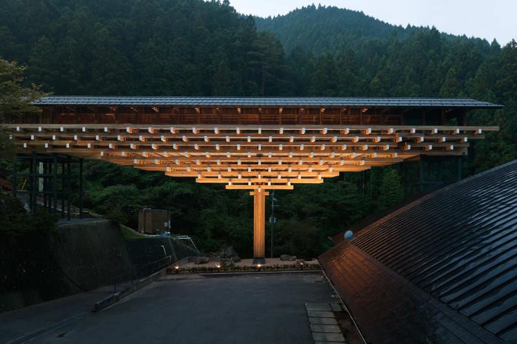 17 Projetos que exploram o potencial da madeira aparente, Museu Ponte de Madeira Yusuhara / Kengo Kuma & Associates. Imagem: © Takumi Ota Photography
