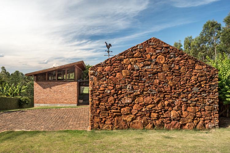 Casas brasileiras: 10 residências de pedra, Casa do Lago / Solo Arquitetos. Imagem: © Eduardo Macarios