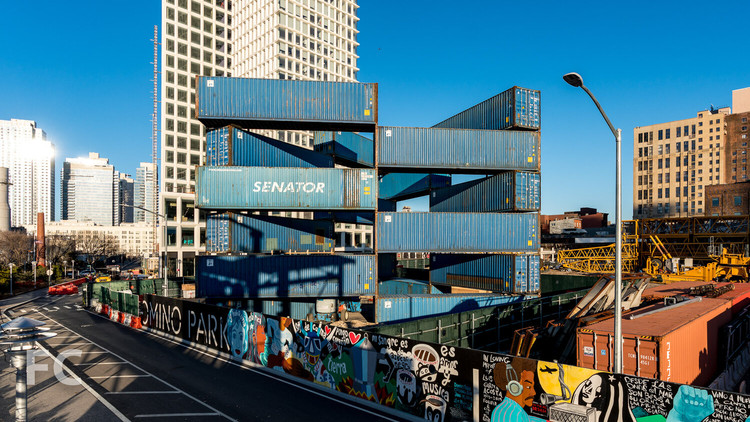 Se inaugura el edificio triangular de LOT-EK en el Domino Park de Brooklyn, © Field Condition
