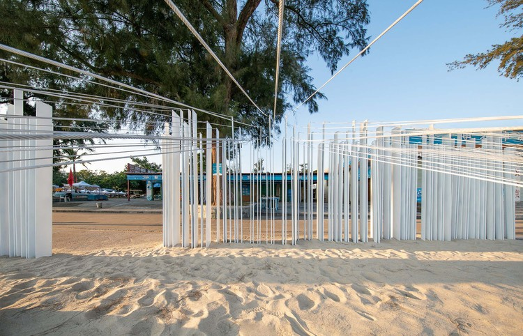 Strings prevent steel plates from deformation and function as railings. Image © Bai Yu