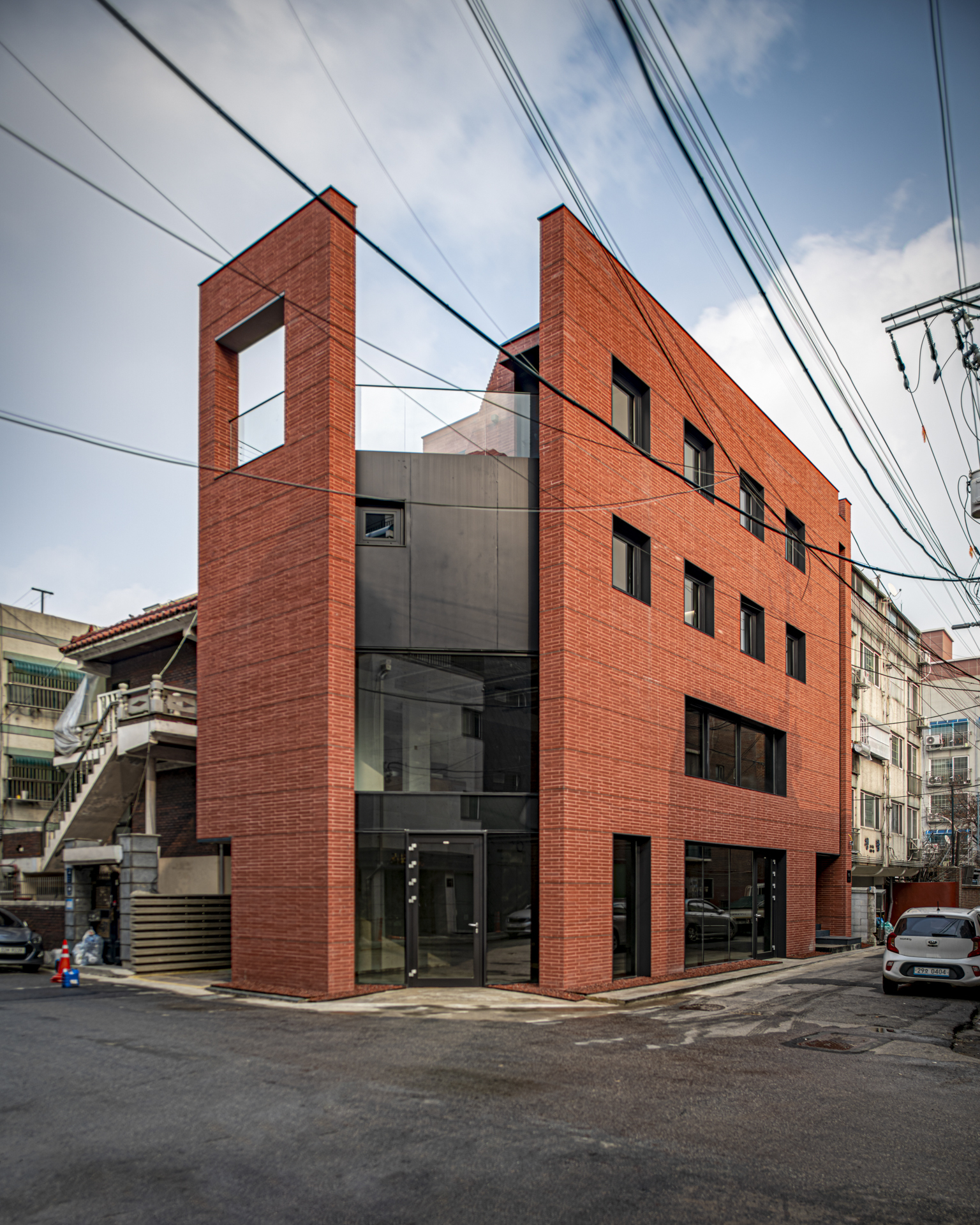 Three Planes Five Layers Apartment Building / Shammah Architects