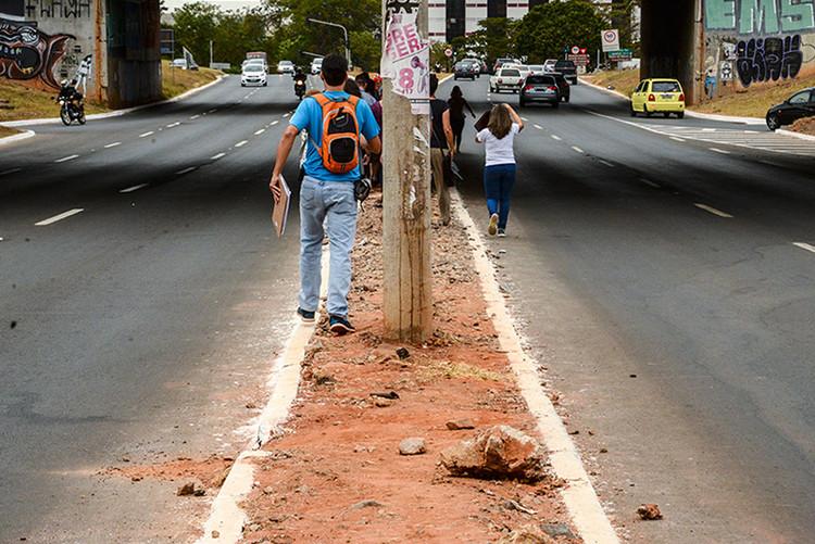 Território sem dono, calçadas brasileiras revelam negligência com o pedestre, Ausência de pavimentação. Calçada com piso danificado por raízes de árvores. (Imagem: Divulgação)