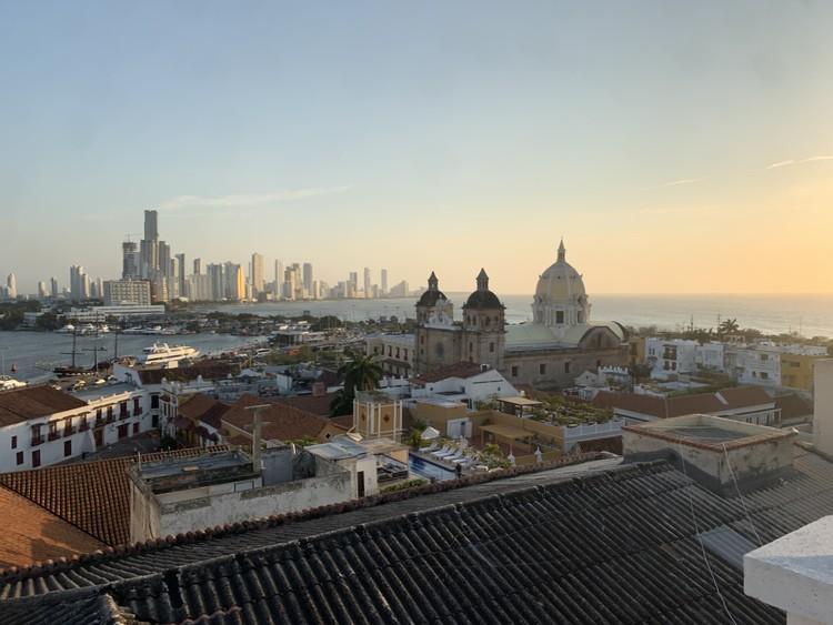 Cartagena de Indias: Ciudad de polaridades, Polaridad entre lo histórico y el desarrollo contemporáneo. Image © Santiago Baraya