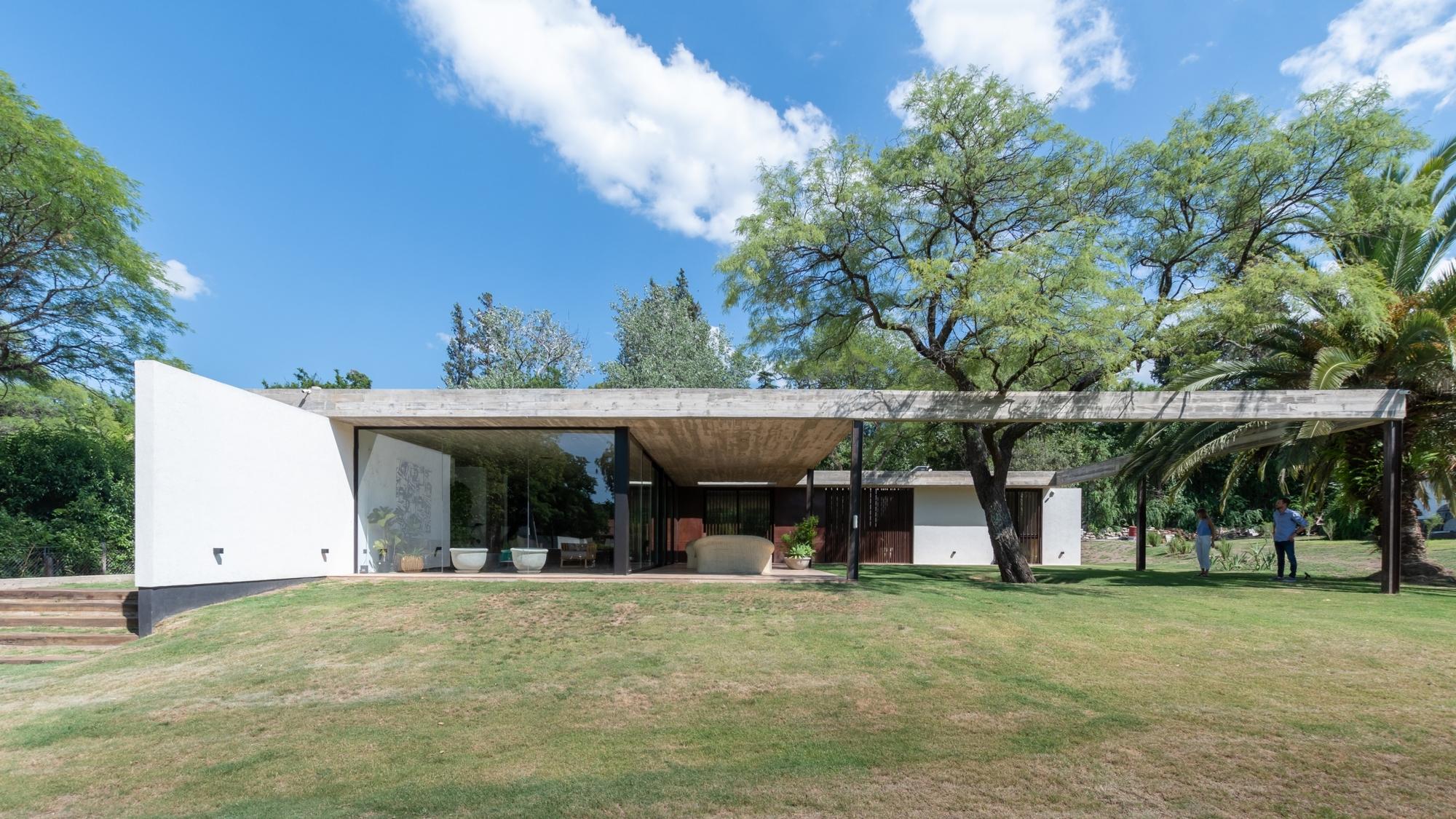 PLC House / Catalina Lanza Castelli + AR Arquitectos