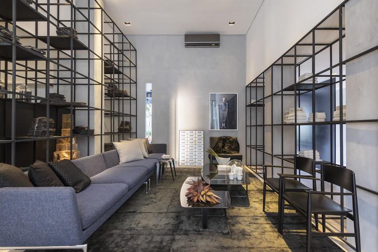 Casa P&B / Leo Shehtman Arquitetura e Design, © Alain Brugier