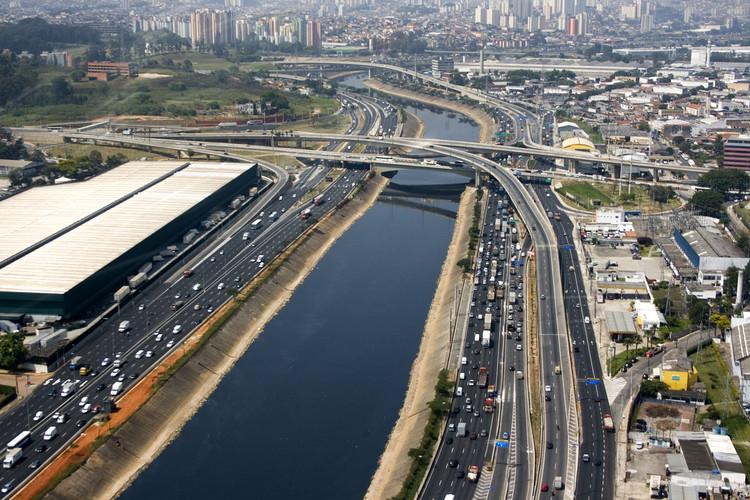 A razão de ser e o problema a enfrentar: São Paulo e as águas, Vista aérea da Marginal do rio Tietê em São Paulo. Foto de Fernando Stankuns via Flickr / CC BY-NC-SA