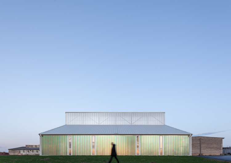 Galpão Branco / Atelier 111 Architekti, © Alex Shoots Buildings