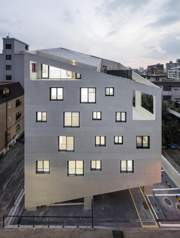 Bracing House / Atelier Jun