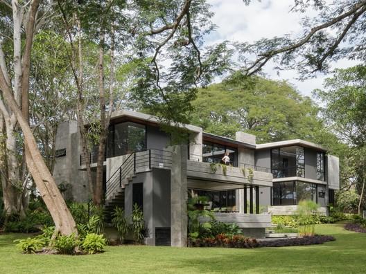 Entreparotas House / Di Frenna Arquitectos