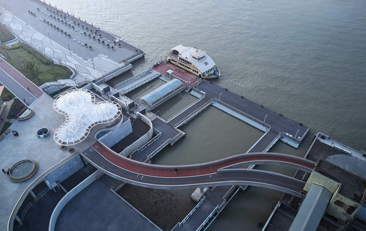 Minsheng Ferry Station / Atelier Liu Yuyang Architects, Ferry Station connect with the Bridge. Image © Yong Zhang
