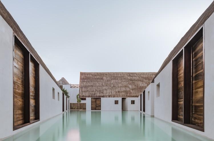 Arquitectura en México: proyectos de vivienda, hospitalidad, cultura y espacio público con piscinas, Punta Caliza Hotel Holbox / ESTUDIO MACIAS PEREDO. Image © César Béjar