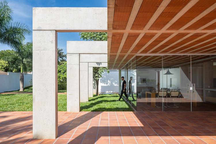 Casas brasileiras: 9 residências com viga invertida, Casa dos Pórticos / BLOCO Arquitetos. Imagem: © Haruo Mikami