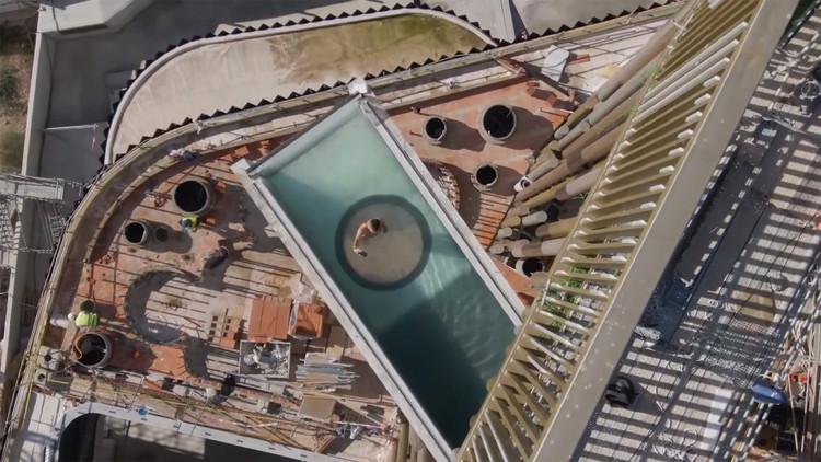 La piscina en voladizo más grande de Europa se está construyendo en Murcia, España, Captura de video <a href='https://www.youtube.com/watch?v=cGOESzv9bxw'>Odiseo: tótem y oasis urbano</a> cortesía de Clavel Arquitectos