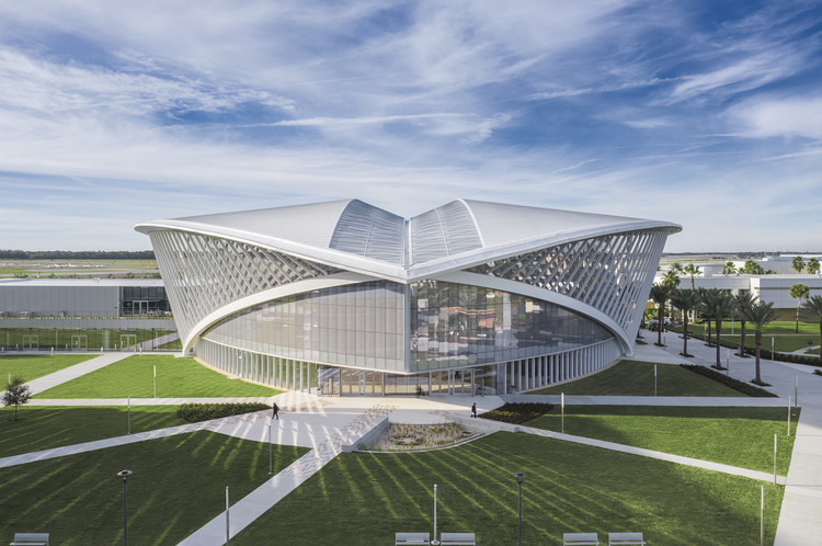 Unión estudiantil Mori Hosseini de la Universidad Aeronáutica Embry-Riddle / ikon.5 architects, © Brad Feinknopf