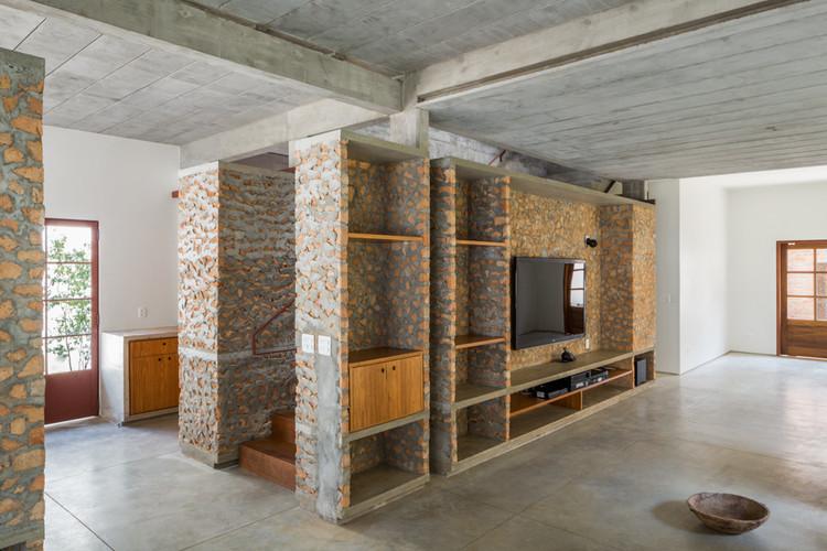 11 Exemplos de mobiliário feitos com materiais aparentes, Casa Angatuba / messina | rivas. Imagem: © André Scarpa