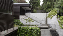 Courtyard House on a Steep Site / Robert Hutchison Architecture + Maul Architecture