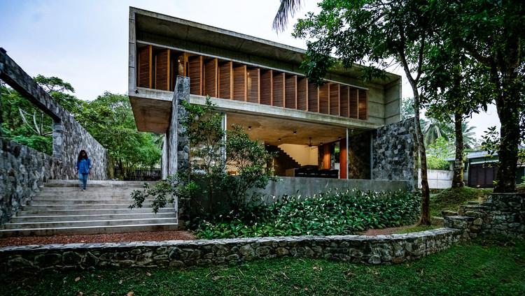 02  View of the Villa from the rearside garden - Pia's Villa / MMGS ARCHITECTS: Biệt thự hiện đại trên đồi với không gian thoáng tự nhiên