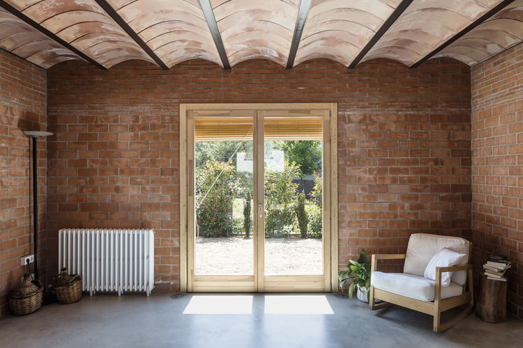 Casas de ladrillo en España: diseño moderno de mampostería en interiores y exteriores, © Adria Goula