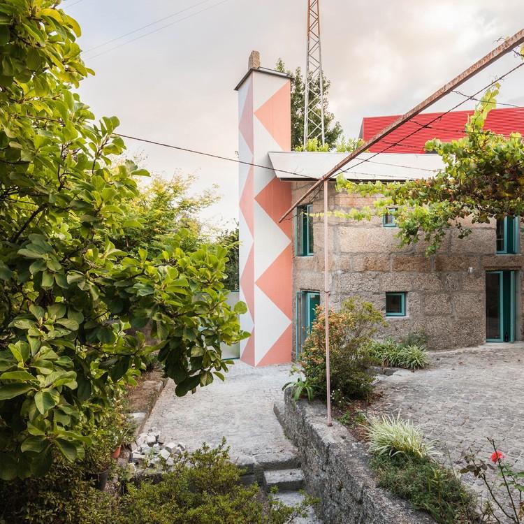Pequena casa com um chuveiro monumental / fala, © Ricardo Loureiro